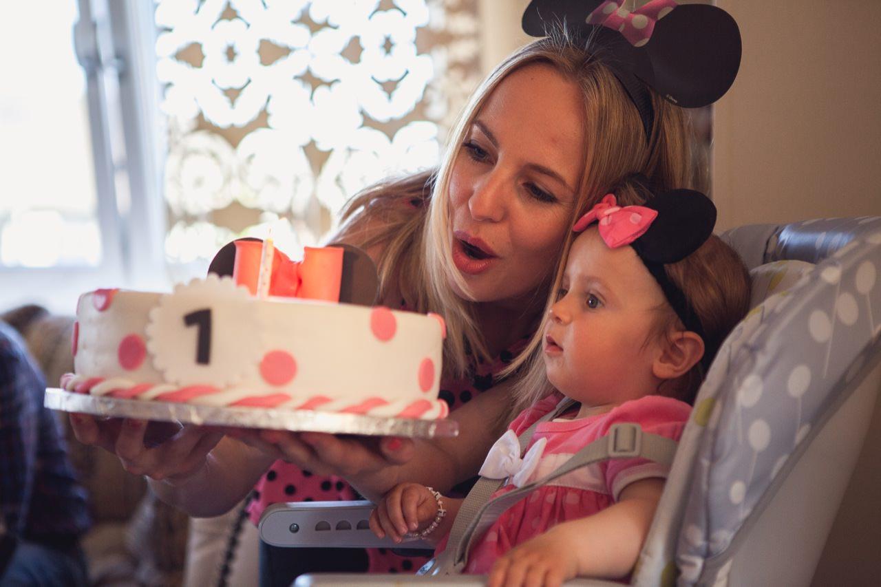 Kinder isst den Kuchen zum ersten Geburtstag Fotoshooting