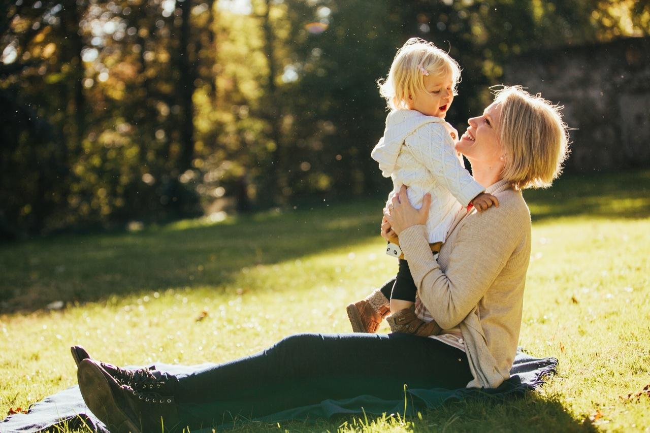 mama und Tochter auf einer Wiese