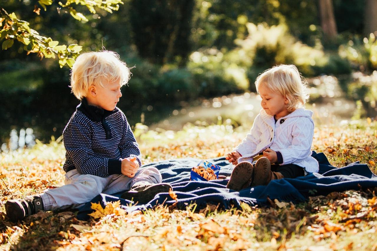 Bruder und Schwester auf einer Decke Koblenz Foto