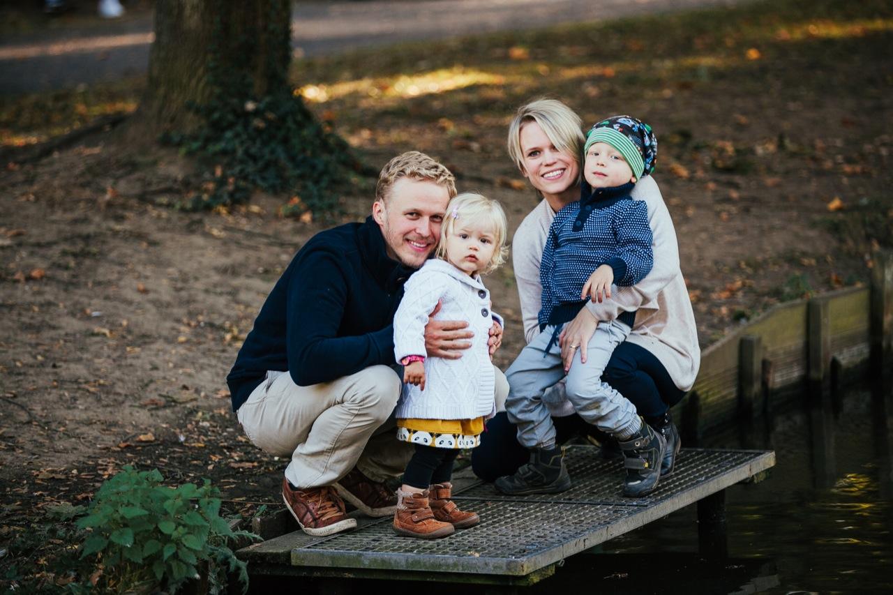 Familie füttert Enten Bendorf