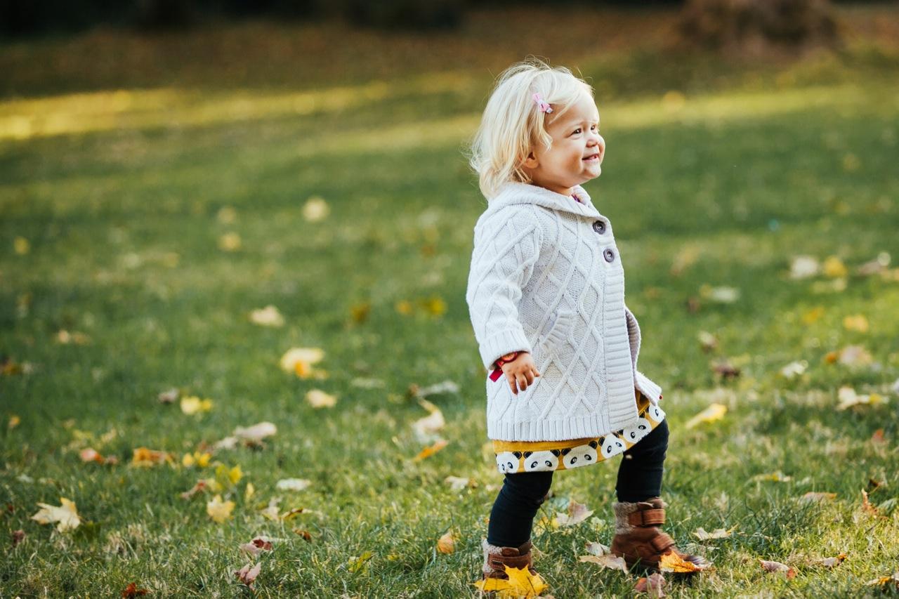 Mädchen lacht erste Schritte