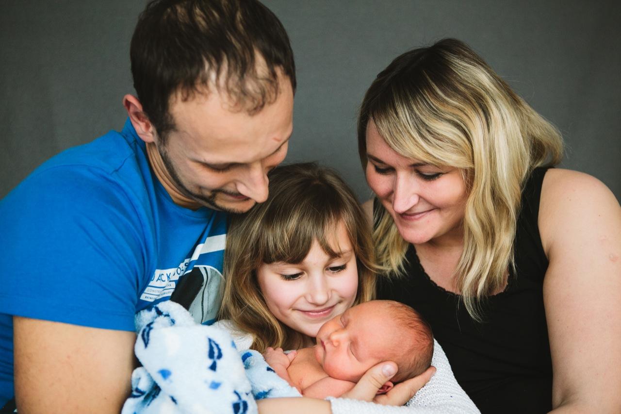Neugeborenes und seine Familie