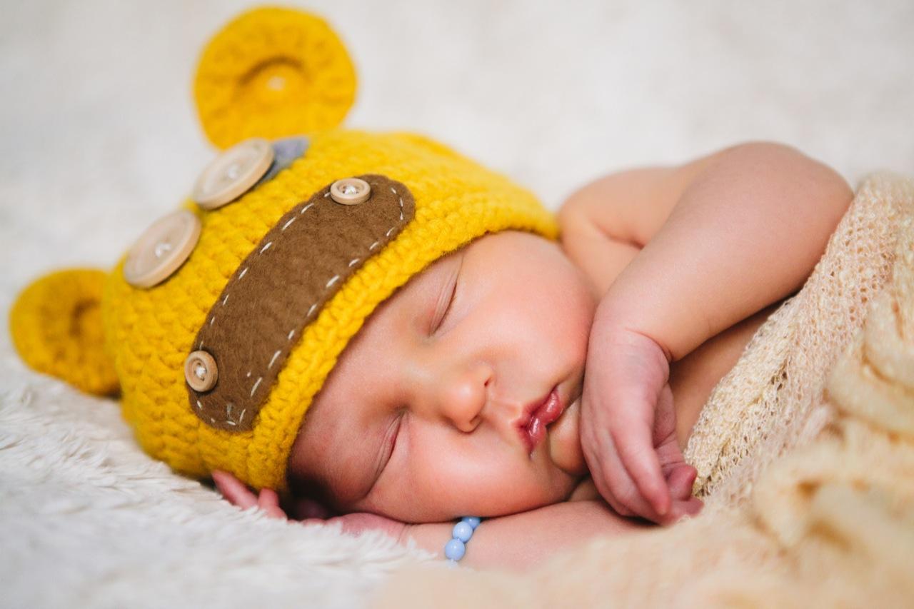 Bärenmütze und Neugeborener